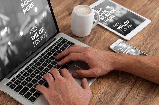 Pessoa na frente de um laptopDescrição gerada automaticamente
