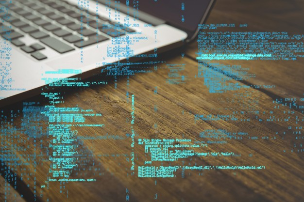Na imagem: um notebook com um código na frente da tela — O que é a LGPD