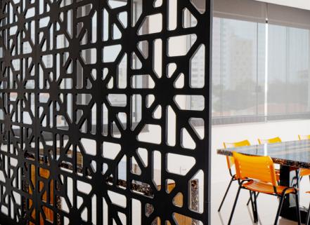 Modelo Origem, no preto, fica lindo para dividir os espaços em cores frias.