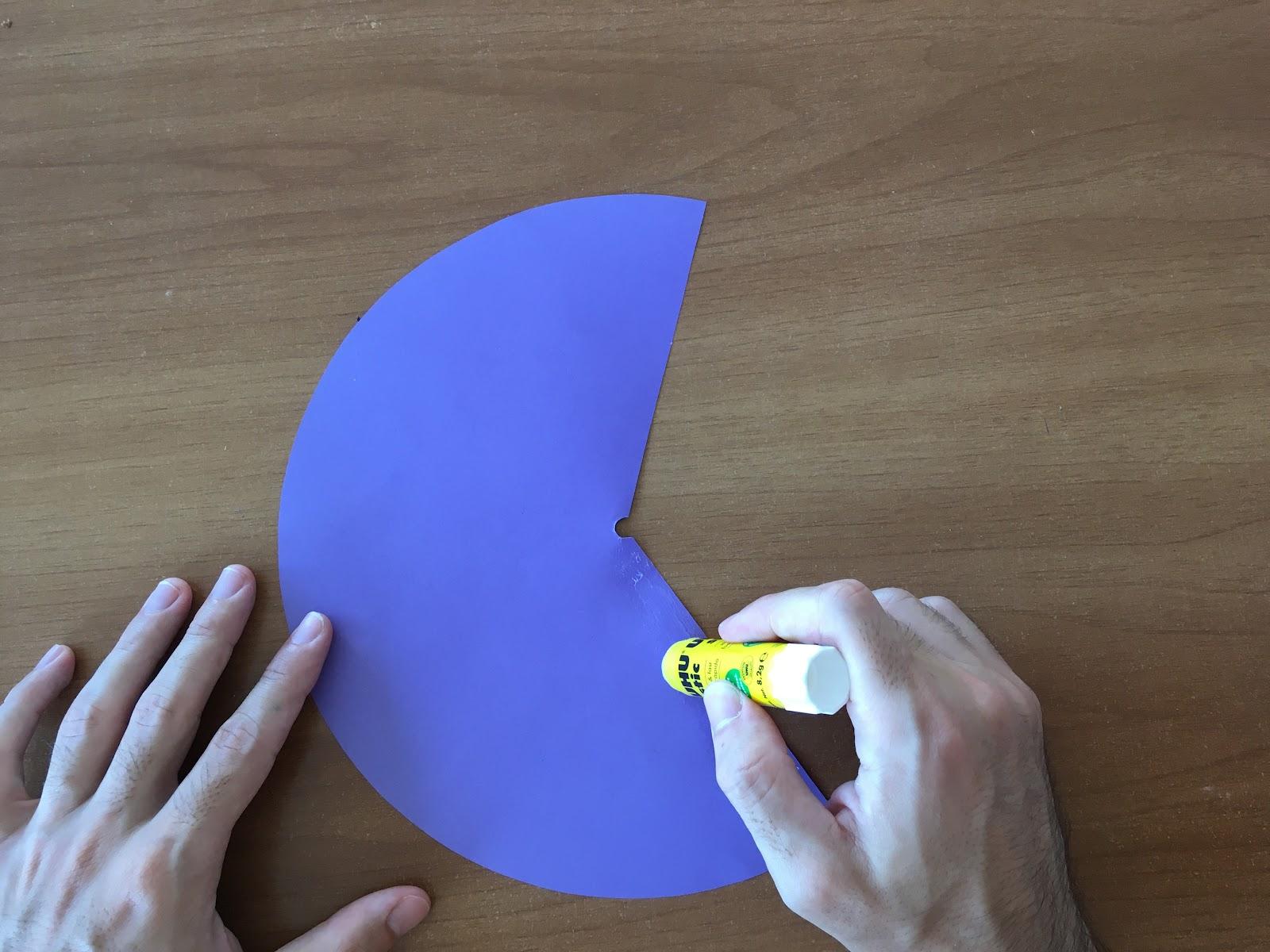 Se muestra la zona en la que se hará el primer pegado para formar el cono.