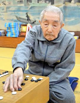 100歳の今も囲碁大会に参加する大江さん。打つ手にも迷いはない(伊根町泊・泊泉苑)