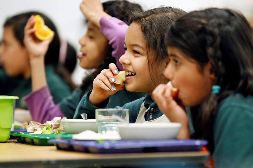 ... Children eating school ...