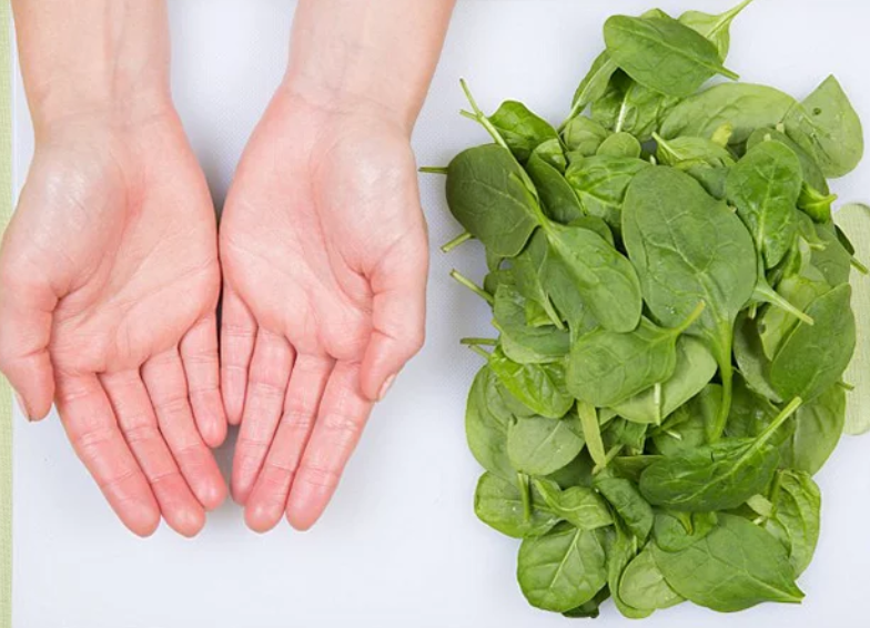 porções de alimentos com as mãos