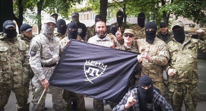 Бійці батальйону «Крим», у центрі (за прапором) командир Іса Акаєв