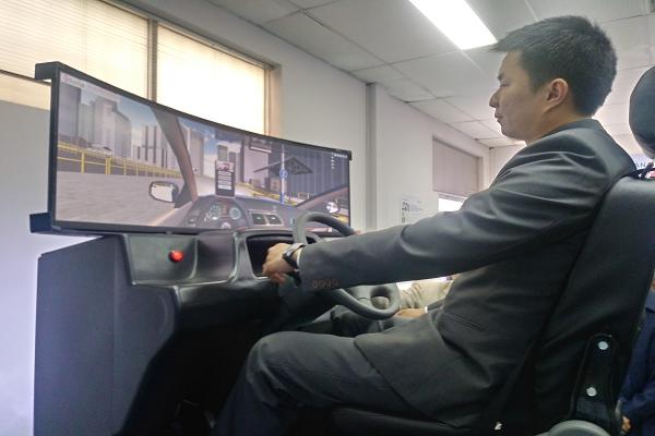 Tập lái trên cabin tập lái 3D