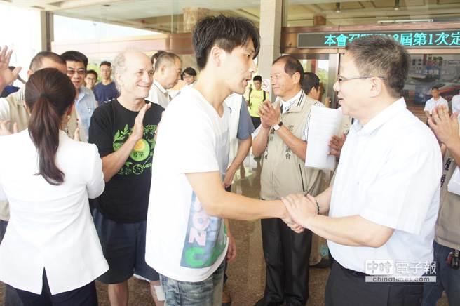 公民代表張佳瑋(年輕人)與議長沈宗隆(右)握手致謝。(周麗蘭攝)