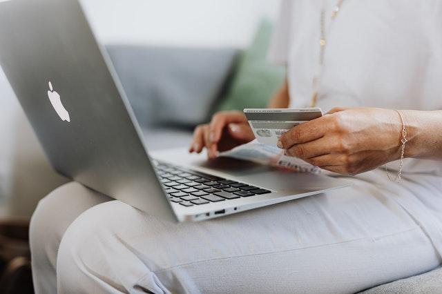 Cliente fazendo compra pela internet