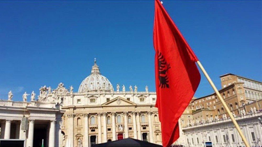 Bandiera albanese e bandiera città del Vaticano