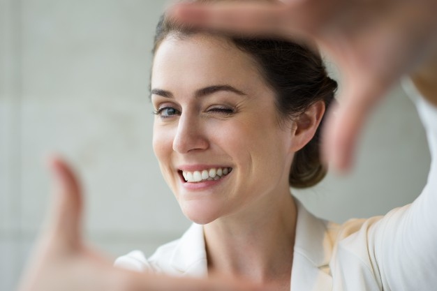 closeup-of-smiling-woman-making-frame-gesture_1262-1764.jpg