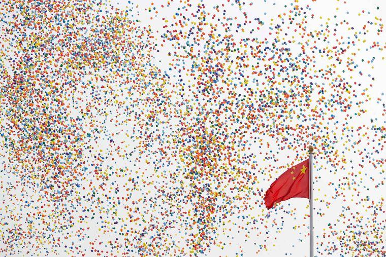 Воздушные шары проплывают мимо китайского флага на площади Тяньаньмэнь во время парада в честь 70-й годовщины существования коммунистического правительства Китая, Пекин 1 октября 2019 года