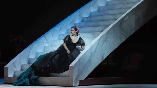 Vestido negro de gasa con un detalle único en tonos turquesa emulando un pavo real (Valentino)