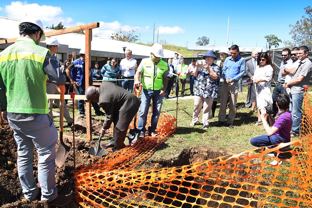 William Buckley (centro), miembro del Consejo Institucional, participa del acto simbólico de colocar la primera piedra del nuevo comedor. Foto: Ruth Garita.
