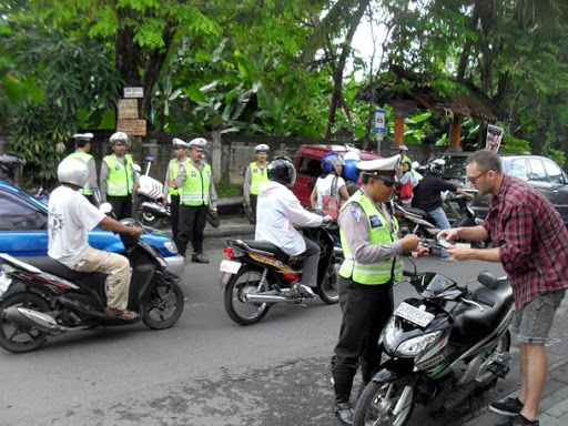 Illegal parking scam in bali - Is Bali safe for couples ? Common Scams in Bali.