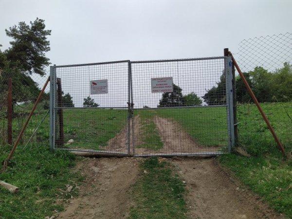 C:\Users\User\Desktop\ЗЗакони\ловни концесии\Графики\ограда с портал в Родопите - Гарванов камък.jpg