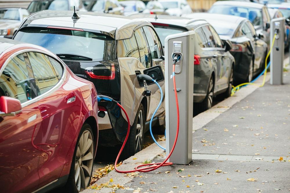 Estações de carregamento de carros movidos completa ou parcialmente a bateria. (Fonte: Shutterstock)