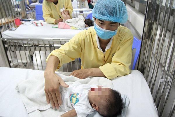 Bệnh nhi mắc cúm điều trị tại BV Nhi Trung ương. Ảnh minh hoạ.