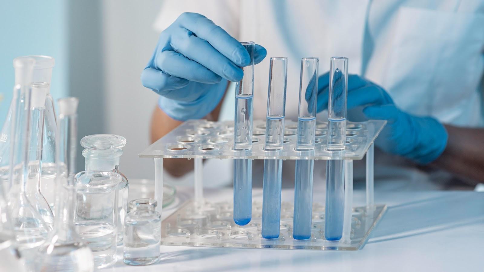 Imunizantes podem ser adaptados para novas cepas do vírus. (Fonte: Freepik)