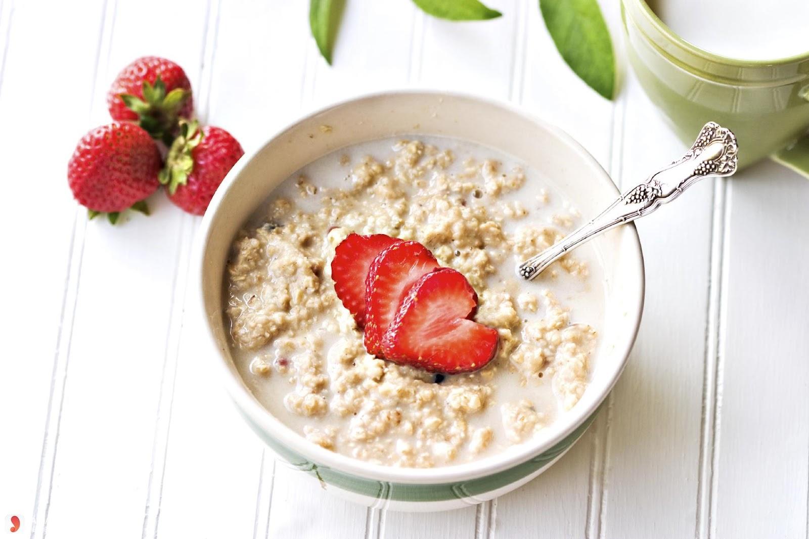 Bột yến mạch trộn sữa và trái cây là lựa chọn bữa sáng hoàn hảo cho người tiểu đường.
