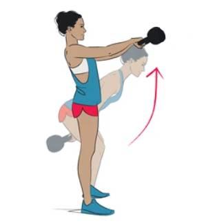 Mujer realizando los movimientos del kettlebell swing