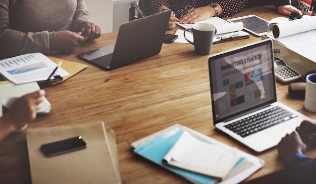 Bạn hãy tham khảo tối thiểu 4 agency marketing qua các kênh thông tin