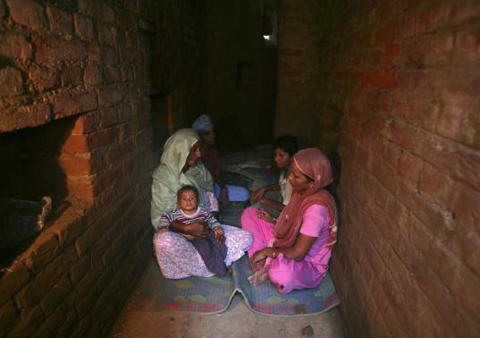 Indian villagers take shelter inside an army bunker at Devi Garh village near Jammu October 7, 2014. REUTERS-Mukesh Gupta