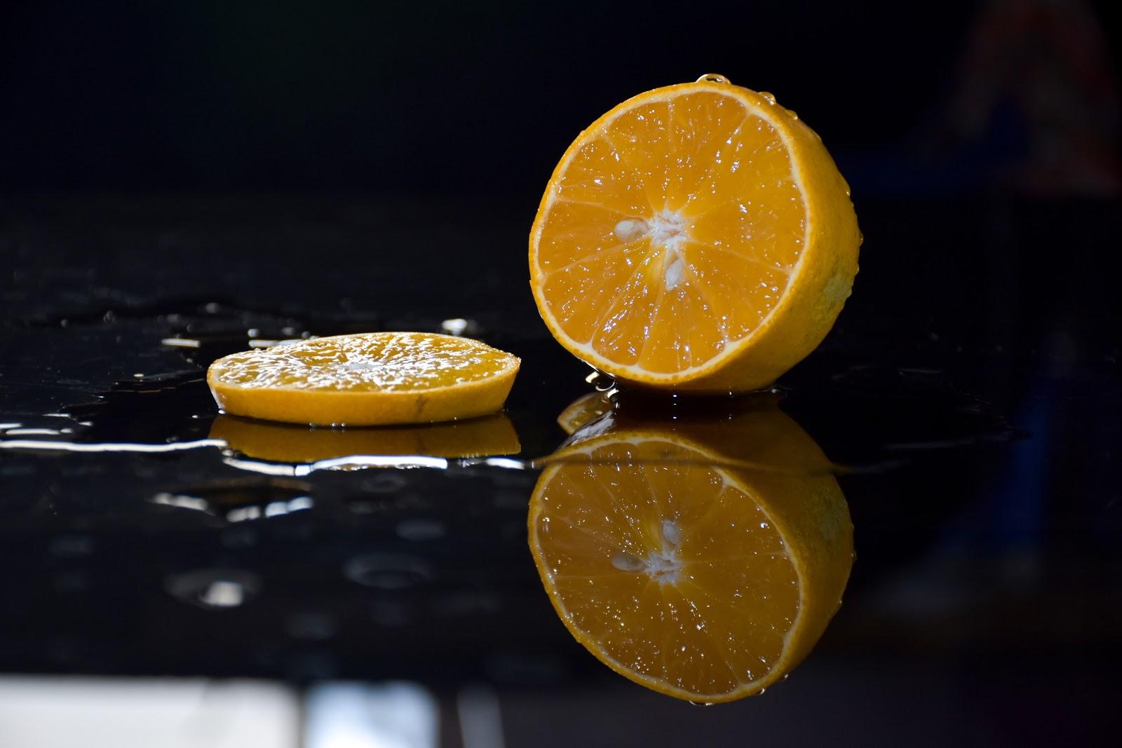 לימון פרוש על טיפות מים