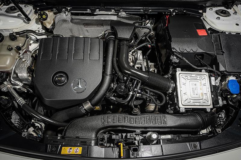 เครื่องยนต์รถยนต์ : Mercedes Benz GLA 200 AMG Dynamic