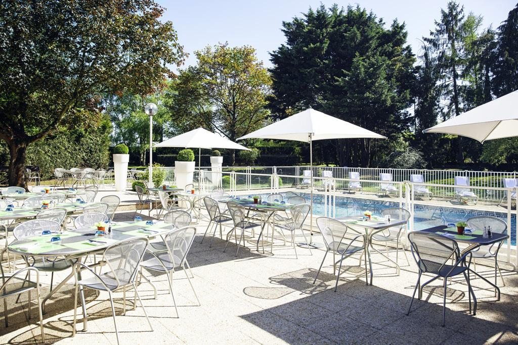 Terrasse du restaurant et piscine du Novotel