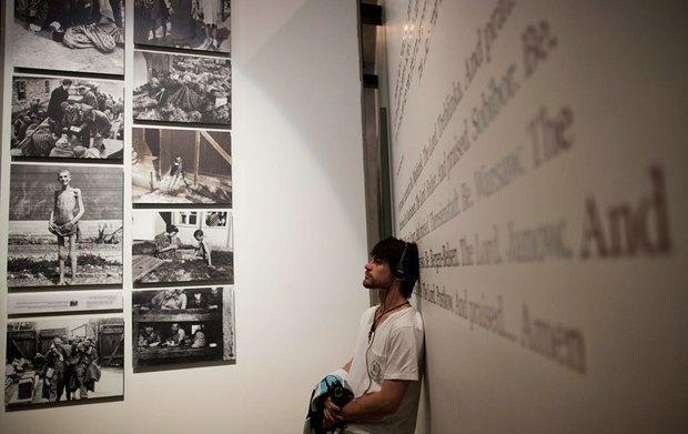Описание: Посетитель экспозиции, посвященной Холокосту
