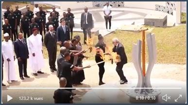 Une assistante retire la torche des mains de Jean-Claude Juncker