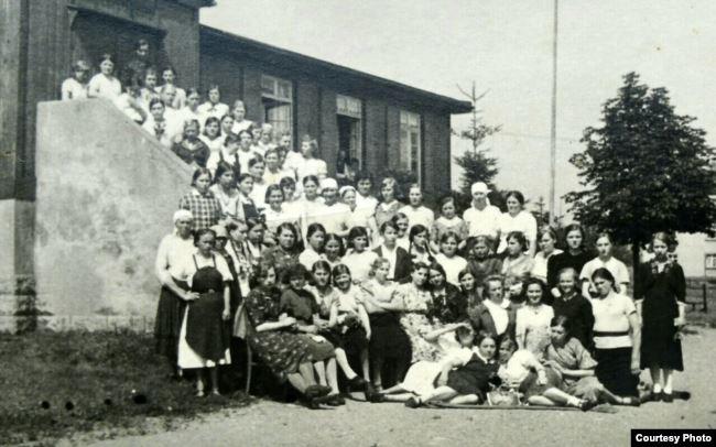 Варвара Савенко серед примусових робітниць під час роботи на фабриці із виготовлення рукавиць неподалік міста Хемніц