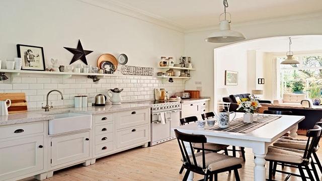 Gạch ốp tường phòng bếp màu sắc đơn giản