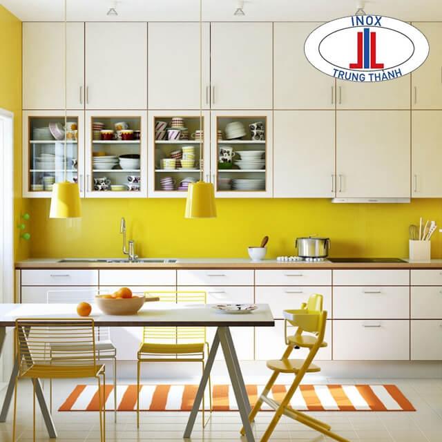 Tủ bếp trắng kết hợp với kính ốp tường màu vàng
