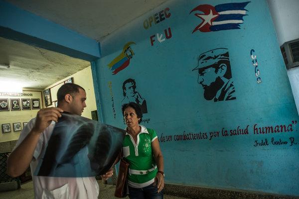 2014年12月,古巴卡德納斯的一名醫生在做肺掃描檢查。