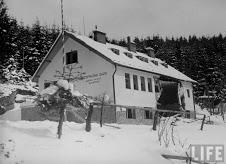 Чехословацька туристична база у с. Скотарське, підірвана внаслідок диверсії польських бойовиків. Грудень 1938 р