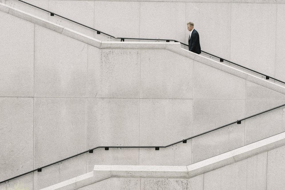 階段を歩く男