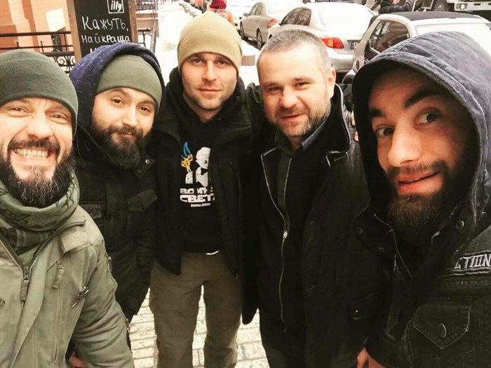Леонід Остальцев (другий зліва), Жора Турчак ( другий справа) з побратимами