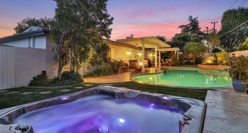 Private pool and hot tub in the backyard of a home in Thousand Oaks, CA.