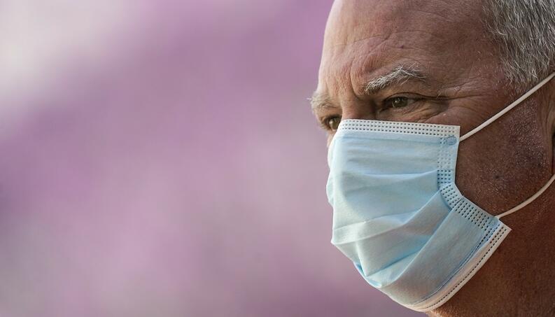 hombre usando cubrebocas coronavirus covid 19 1209295583