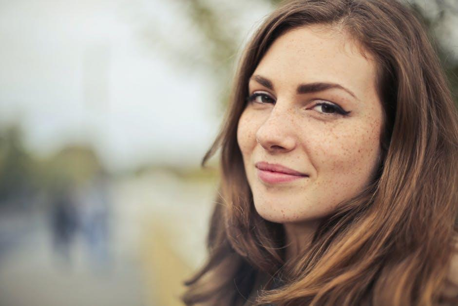 笑顔の女性の選択的な写真撮影