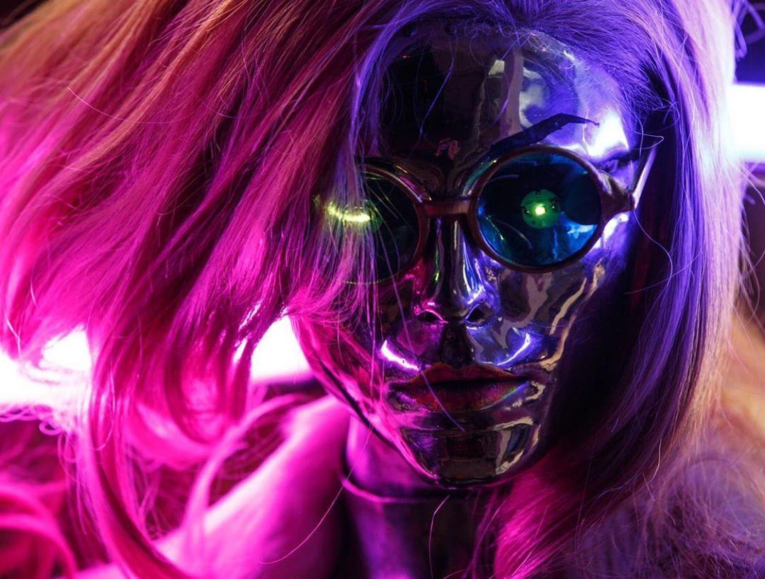 Правильный косплей по Cyberpunk 2077 — девушки, неон и имплантаты