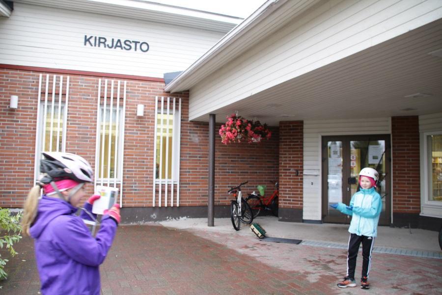 학생들은 2인 1조로 정해진 지점을 찾아가 '인증샷'을 남긴다. 도서관 앞. ©최원석