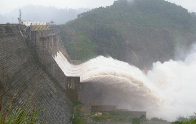 Description: Đập thủy điện Đắk Mi 4 (đóng tại xã Phước Xuân, huyện Phước Sơn, tỉnh Quảng Nam)- Ảnh: TRƯỜNG TRUNG