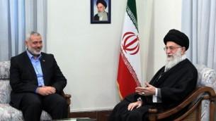 توضیح تصویر: علی خامنهای ولی فقیه ایران که در تصویر در کنار اسماعیل هانیه نخست وزیر غزه در تهران دیده میشود، بزرگترین کشور شیعی جهان را اداره میکند
