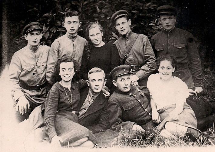 Группа еврейских партизан из отряда Ивана Кунчи (бригады Федорова). Второй слева в первом ряду – Яков Басс, партизанский провизор, врач и хирург по необходимости