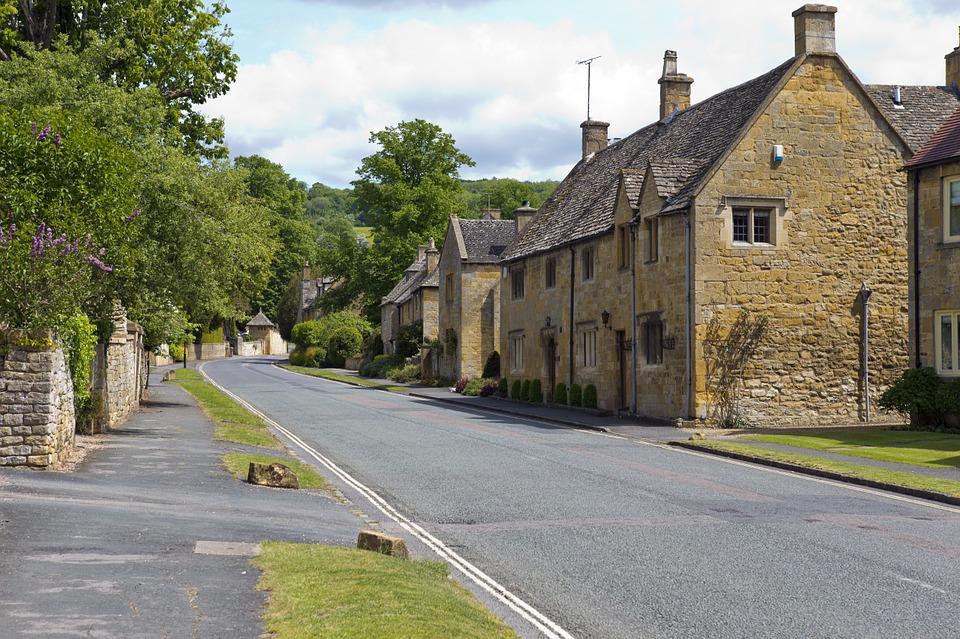 cotswold-village-street-808320_960_720.jpg