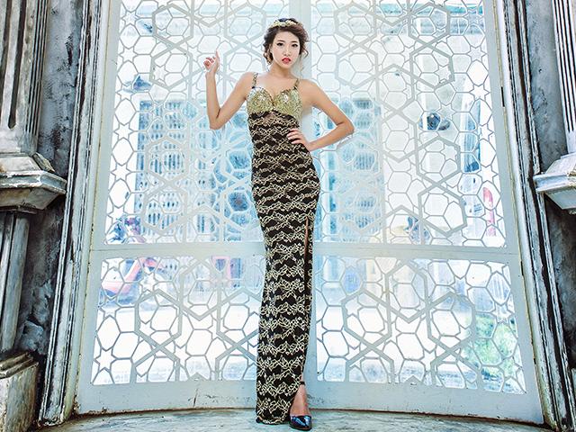 柄物のドレスを着ている長身の女性