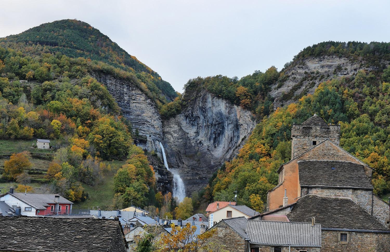 Cascada del Sorrosal con el pueblo de Broto en primer plano