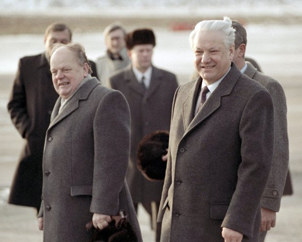 Борис Ельцин и Станислав Шушкевич в минском аэропорту, 1991 год