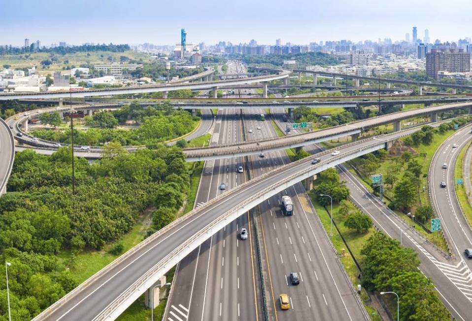 台灣的高速公路和隧道大部份不設收費站,電子收費系統會自動計算路費